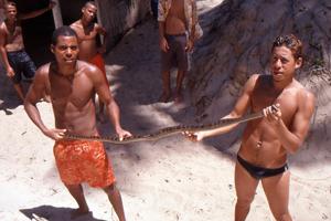 060b-brasil-bahia-praia-de-massarandupio-amigos-con-cobra.jpg