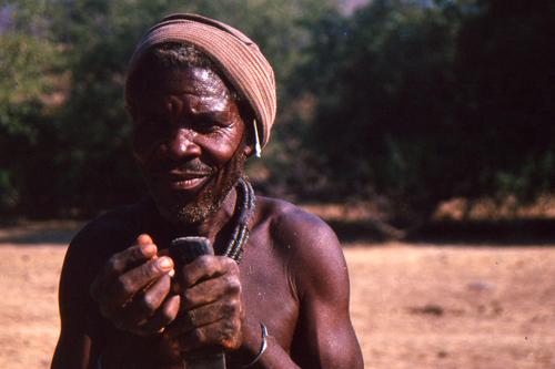 508-namibia-kaokoland-retrato-anciano-himba.jpg