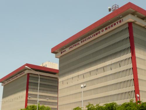 Carteles Políticos en Venezuela. Edificio estatal en Maracaibo: PATRIA, SOCIALISMO O MUERTE
