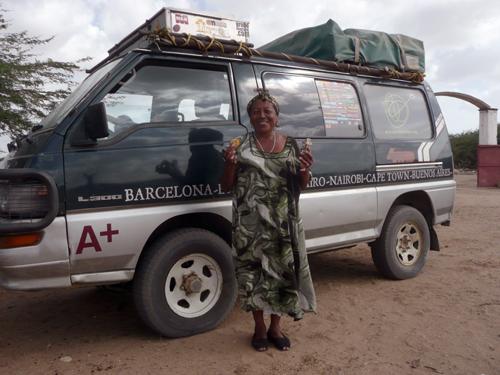 Retrato de Mercedes junto a la furgo