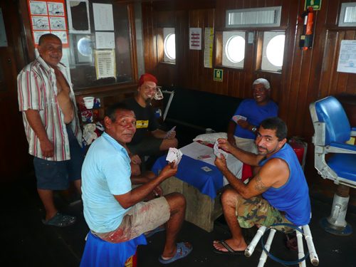 Jugando a las cartas en un barco colombiano mientras esperamos poder bajar en el puerto de Colón, Panamá